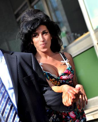 Στο χέρι του πατέρα της στηρίζεται η Έιμι καθώς εισέρχεται στο  δικαστήριο.