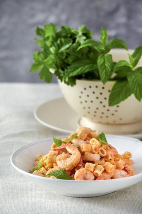 Σαλάτα με μακαρονάκι κοφτό και πικάντικες γαρίδες