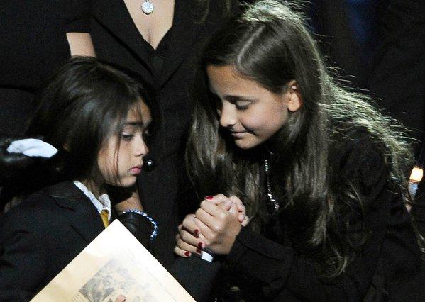 Η Πάρις προσπαθεί να παρηγορήσει τον αδελφό της, Μπλάνκετ κατά τη διάρκεια της επιμνημόσυνης εκδήλωσης για τον πατέρα τους, στις 7 Ιουλίου, στο Λος Άντζελες.