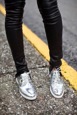 <p>Αναρωτιέσαι τι παπούτσι να βάλεις με αυτό τον καιρό που είναι νωρίς ακόμα για να πετάξεις τα δαχτυλάκια έξω, αλλά έλα μου που έχεις σιχαθεί και τα μποτάκια πουέβγαλεςόλο τον χειμώνα με