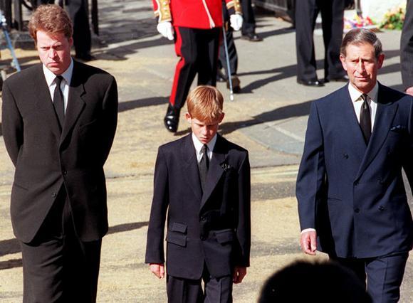 Ο κόμης Σπένσερ μαζί με τους  πρίγκιπες Χάρι και Κάρολο  στην κηδεία της Νταϊάνα το 1997.