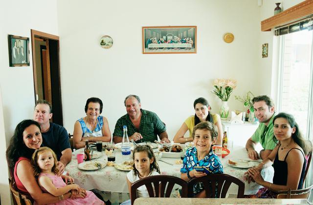 Κάτι τρέχει με την ελληνική οικογένεια στη Στέγη