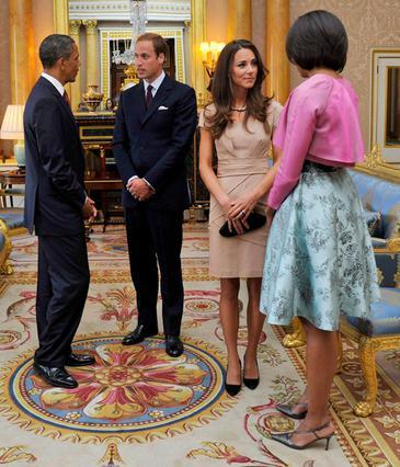 Ο Γουίλιαμ και η Κέιτ υποδέχονται το ζεύγος Ομπάμα στη Βρετανία. Ήταν η πρώτη επίσημη υποχρέωσή τους ως παντρεμένοι.