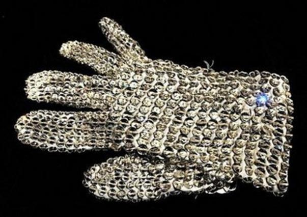 Ένα γάντι από κοστούμι του Τζάκσον διακοσμημένο με κρύσταλλα Σβαρόφσκι.