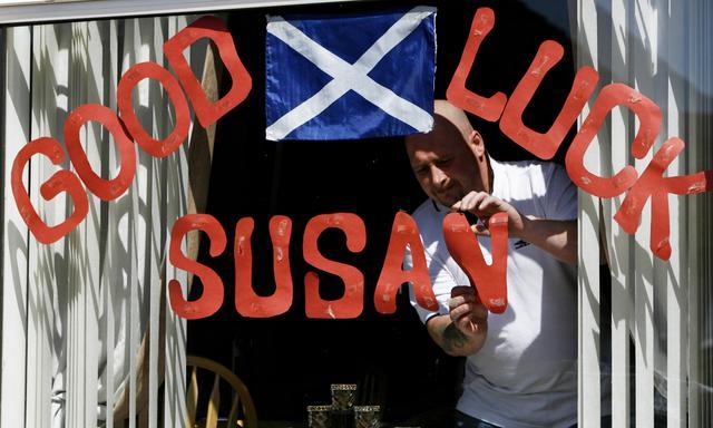 Θαυμαστής της Σούζαν Μπόιλ δηλώνει  την υποστήριξή του στο παράθυρό του,  μαζί με την σκωτσέζικη σημαία.