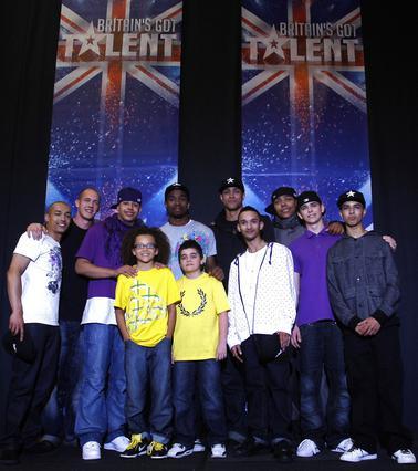 Το χορευτικό γκρουπ των Diversity ποζάρει με θαυμαστές του αμέσως  μετά τον τελικό.