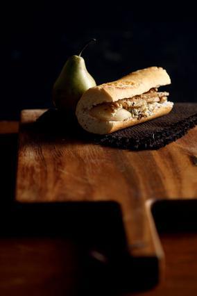 Σάντουιτς με μυζήθρα, αχλάδι και καρύδια
