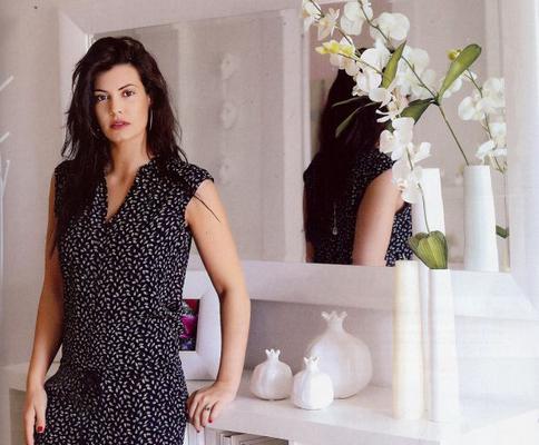 Η σέξι ηθοποιός υποδέχθηκε το φακό του περιοδικού ΟΚ, ξεναγώντας τον στο μοντέρνο σπίτι, όπου ζει με τον Γιάννη Αϊβάζη και την κόρη τους, Ισμήνη, στο Παλαιό Ψυχικό. Εξάλλου, πρόκειται για το πατρικό τ
