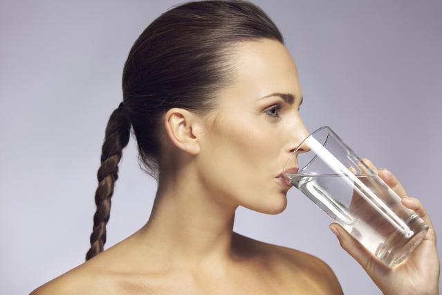 Πώς θα βρω πόσο νερό πρέπει να πίνω;