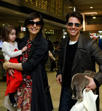 Σύσσωμη η οικογένεια Κρουζ με τη μικρή Σούρι στο αεροδρόμιο