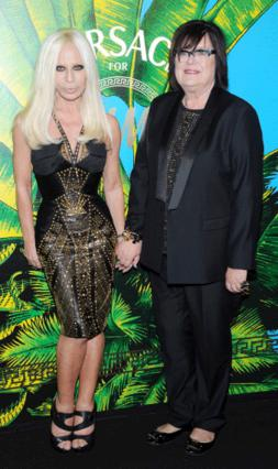 Η Donatella Versace ποζάρει με την Margareta van den Bosch, καλλιτεχνική σύμβουλος στην H&M.