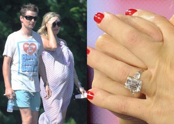 Όπως ανακοίνωσε η ίδια η Κέιτ Χάντσον, ο αγαπημένος της Ματ Μπέλαμι της έκανε πρόταση γάμου -εξ ου και το  κοτρώνι  στο δάχτυλο- αλλά ημερομηνία δεν έχει οριστεί ακόμη.