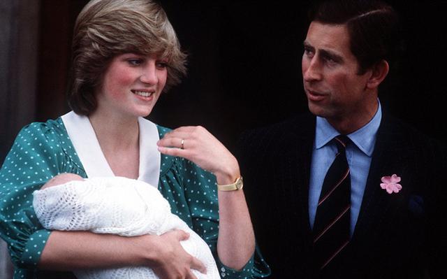Ο πρίγκιπας Γουίλιαμ κάνει την πρώτη επίσημη εμφάνισή του στην αγκαλιά της μαμάς Νταϊάνα, στα σκαλιά του μαιευτηρίου όπου σε λίγες μέρες θα υποδεχτεί το δικό του παιδάκι.