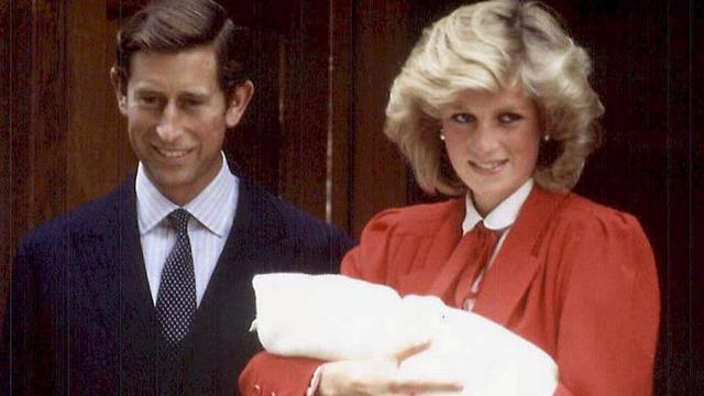 Η  επίσημη πρώτη  του πρίγκιπα Χάρι έγινε στα ίδισα σκαλιά  όπου ο κόσμος θα υποδεχτει το ανηψάκι του.