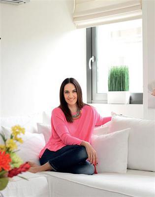 <p>Η Νόνη με το σύζυγό της, Κυριάκο Μουρατίδη και τα δύο τους παιδιά, ζουν στο μοντέρνο διαμέρισμα στο Νέο Φάληρο, τα τελευταία πέντε χρόνια. «Το σπίτι μου είναι λουσμένο φως γι' αυτό το ε