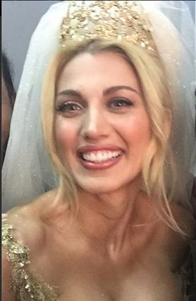 Η Σπυροπούλου ντύθηκε νύφη και το μπούστο βγάζει μάτι (!)