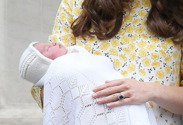 Η Κέιτ βγήκε από το μαιευτήριο: Ιδού η πριγκίπισσα (φωτο)