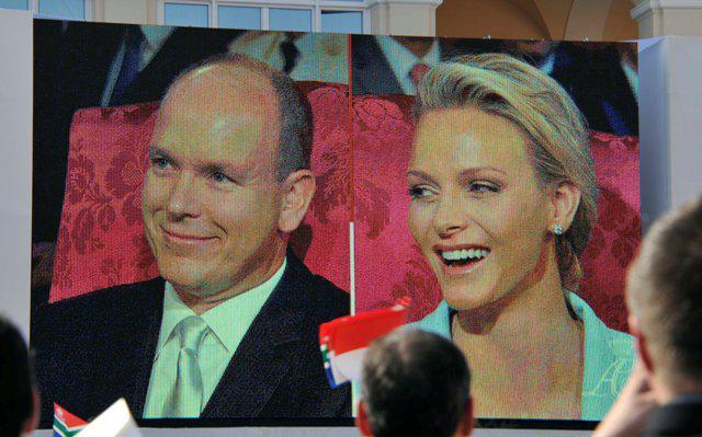 Ο πολιτικός γάμος του Αλβέρτου και της Σαρλίν ολοκληρώθηκε μόλις... Όλος ο κόσμος στο Μονακό παρακολουθούσε από γιγαντοοθόνες.