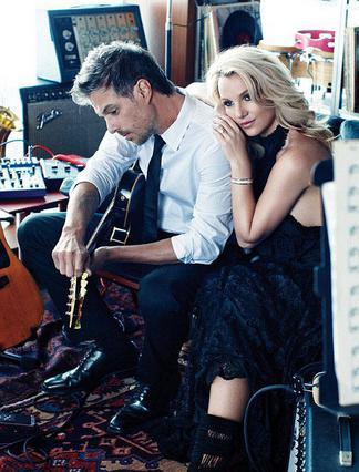 Η Μπρίτνεϊ Σπίαρς φωτογραφίζεται μαζί με τον Τζέισον Τράγουικ για το περιοδικό  Elle  και οι δυο τους δίνουν από κοινού συνέντευξη για τη σχέση τους.