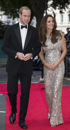 Λαμπερή -με όλη τη σημασία της λέξης- η Κέιτ στην πρώτη φορά που βάδισε σε κόκκινο χαλί ως μανούλα. Δίπλα της, πάντα κομψός, ο σύζυγός της, πρίγκιπας Γουίλιαμ.'