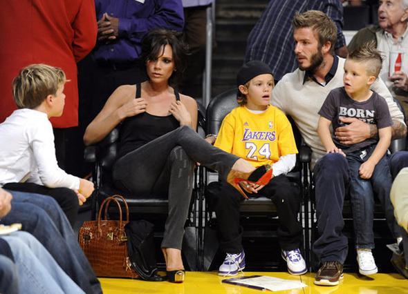 Η ευτυχισμένη οικογένεια Μπέκαμ  σε αγώνα μπάσκετ. Η Βικτόρια λέει πως παρόλο που πονάει πολύ, φοράει πάντα τακούνια όταν βγαίνει έξω  γιατί μονο έτσι νιώθει αυτοπεποίθηση.