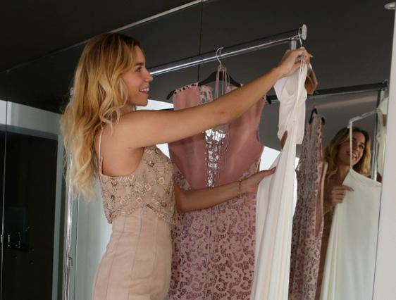 Στικούδη: Ντύθηκε νύφη & προκάλεσε με το απίστευτο ντεκολτέ