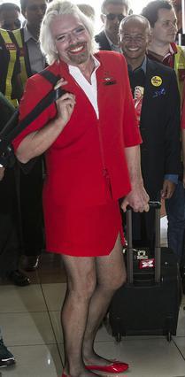 Άψογος στον ρόλο της αεροσυνοδού ο σερ Ρίτσαρντ Μπράνσον, με το διχτυωτό καλσονάκι και τα όλα του...