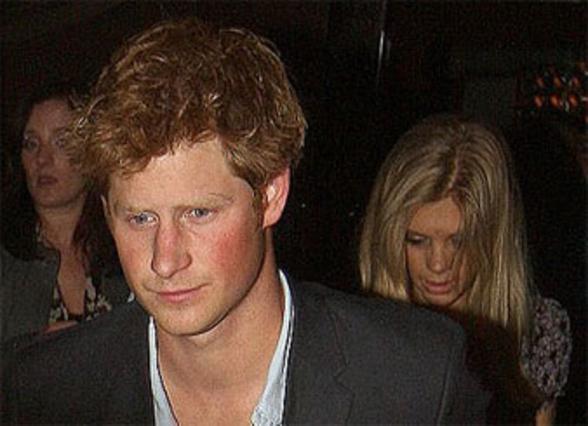 Ο πρίγκιπας Χάρι και η ξανθιά Τσέλσι σε δεύτερο πλάνο.