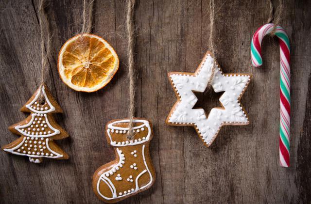 Φέτος εκτός από τα κλασικά στολίδια για το δέντρο σου, φτιάξε και μπισκοτένια ή σοκολατένια στολίδια πειρασμό! Πώς θα το κάνεις; Πανεύκολα!