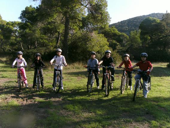 Οι γονείς μπορούν να επιλέξουν το Mini All Sport Camp, ένα πρόγραμμα αθλητικών δραστηριοτήτων που συνδυάζει την άθληση και την ψυχαγωγία.
