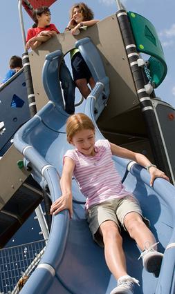 Ειδικά σχεδιασμένες δραστηριότητες βοηθούν τα παιδιά να γνωρίσουν το σώμα τους, να ελέγχουν και να συντονίζουν τις κινήσεις τους, να εναρμονίζονται με το ρυθμό, να κοινωνικοποιούνται.