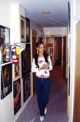 Η Ριάνα στον διάδρομο της πρώτης της δισκογραφικής εταιρείας μόλις πήγε στις ΗΠΑ το 2005.