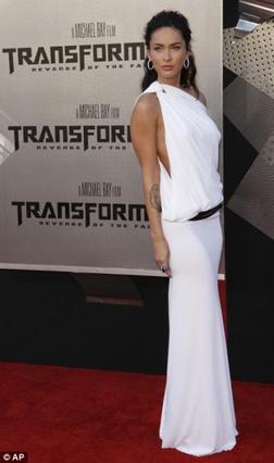 Καλύτερα να μασάς, παρά να μιλάς... Η Φοξ στην πρεμιέρα των Transformers στο Λος Άντζελες.