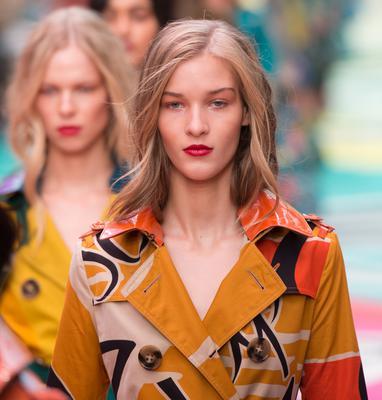 <p>Οι αποχρώσεις του φλογερού κόκκινου στα χείλη σου δεν θα βγουν ποτέ εκτός μόδας αλλά ειδικά φέτος οι διάσημες πασαρέλες γέμισαν έντονες αποχρώσεις στα χείλη και στον οίκο Burberry Prorsum η W
