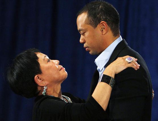 Μόλις τελείωσε την ομιλία του,  ο Τάιγκερ έτρεξε στην αγκαλιά  της μαμάς του -η οποία δήλωσε  περήφανη για τον γιο της-  όπου και ξέσπασε σε κλάματα.