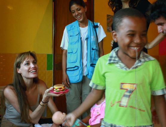 Χαρά και γέλιο προσπάθησε να δώσει η Αντζελίνα τα παιδιά των προσφύγων