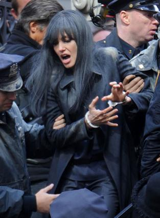 H Αντζελίνα με μελαχρινή περούκα στη σκηνή της σύλληψής της.