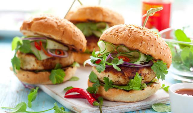 Σαλάτες ή φρούτα ως συνοδευτικό για χάμπουργκερ