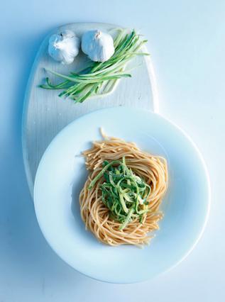 Σπαγγέτι με κατίκι, σκόρδο και κολοκυθάκια