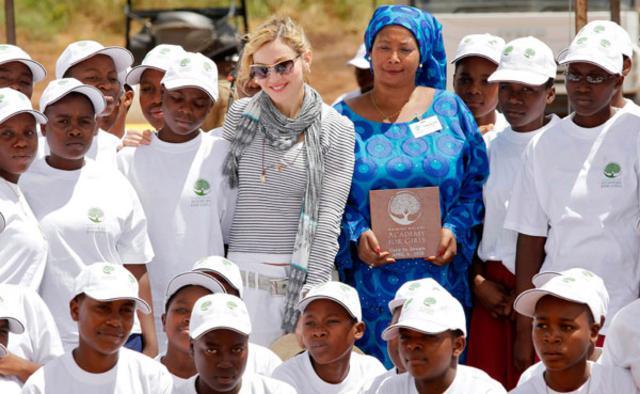 Η Μαντόνα φωτογραφίζεται με κορίτσια που θα φοιτήσουν στην ακαδημία  που εκείνη θεμελίωσε στο Μαλάουι.