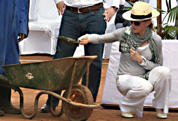 Η Μαντόνα σκάβει στο χώμα  για να βάλει το πρώτο τούβλο  του κτιρίου της ακαδημίας θηλέων.