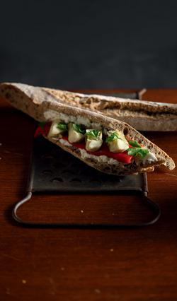 Σάντουιτς με κατίκι, αγκιναράκια και πιπεριά Φλωρίνης