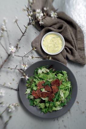 Σαλάτα πράσινη με τσίπς παντζαριού