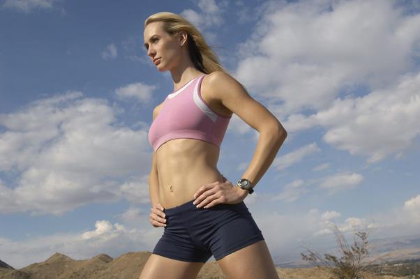 <p>Οι ασκήσεις που θέτουν σε εγρήγορση μεγάλες μυϊκές ομάδες και δραστηριοποιούν εντονότερα την καρδιά, προκαλούν ταχύτερη καύση θερμίδων κατά τη διάρκεια τους σε σύγκριση με αυτές που εστιάζονται σε