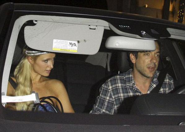 Με τον σκηνοθέτη των ταινιών  Hangover , Τοντ Φίλιπς, εθεάθη η Πάρις χθες το βράδυ. Πότε χώρισε, πότε προχώρησε (!). Πάρις είναι αυτή...