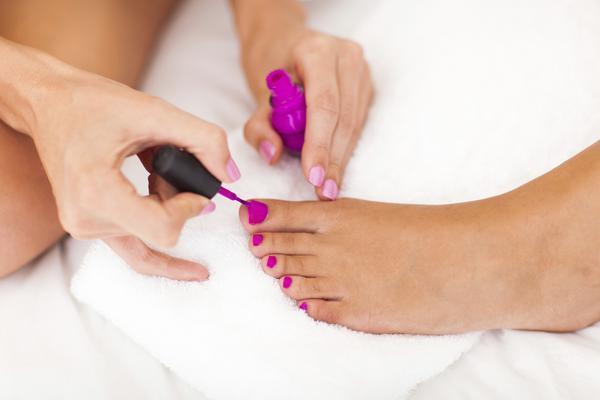 <h4>Μοβ:</h4>  <p>ένα έντονο χρώμα που κάνει τέλεια αντίθεση με το χρώμα του δέρματος σου ειδικά όταν πάρεις λίγο χρωματάκι δεν είναι άλλο από το ζωηρό μοβ για τα νύχια των ποδιών σου. Το χρώμα αυτό α
