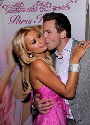 Η Παρις με τον αγαπημένο της στο λανσάρισμα της προσωπικής σειράς προϊόντων ομορφιάς.