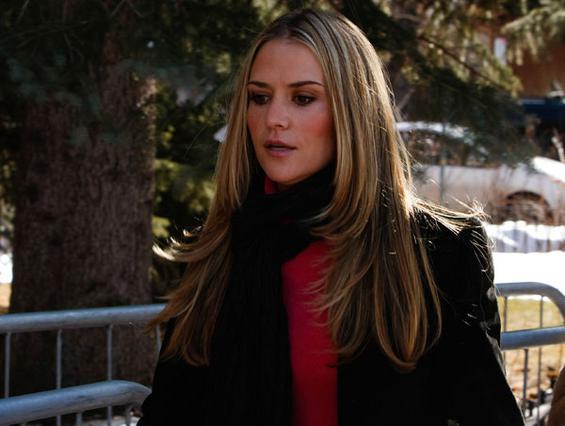 Η Μπρουκ πλησιάζει στο δικαστήριο σοβαρή. Έχει ζητήσει να κλείσει  η υπόθεση και θέλει να δώσει  στον γάμο της ακόμη μια ευκαιρία.