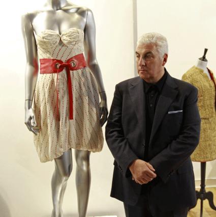 Ο πατέρας της Έιμι ποζάρει δίπλα στο φόρεμα της κόρης του