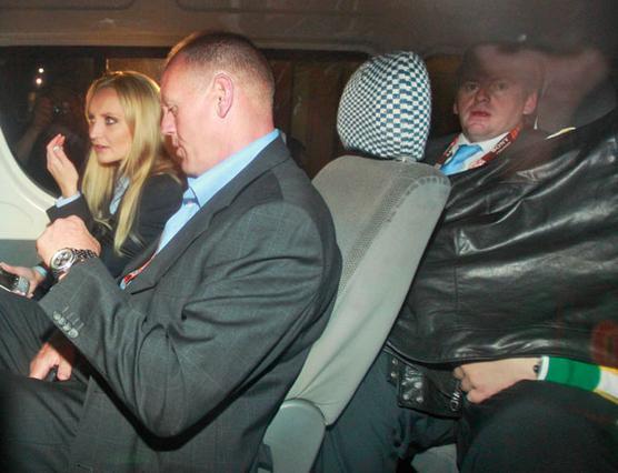 Η φωτογραφία είναι από τη σύλληψη  των δύο γυναικών. Η Πάρις,  υποτείθεται ότι είναι αυτή που κάθεται  στο πίσω κάθιμα και κρύβεται  κάτω από το μπουφάν της.